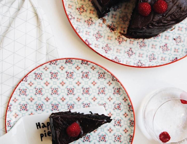 Tortë Dykatëshe me Çokollatë Të Zezë
